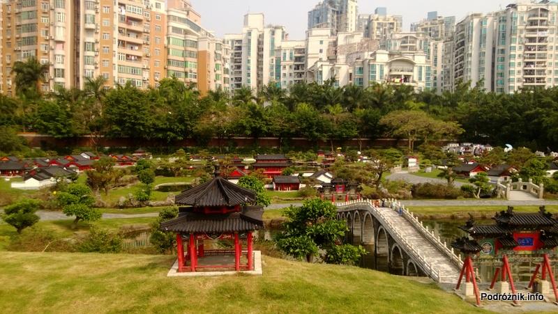 Chiny - Shenzhen - Splendid China Folk Village - mini Chiny z blokami w tle - kwiecień 2013