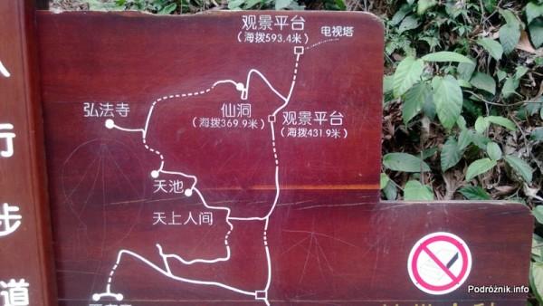 Chiny - Shenzhen - ogród botaniczny - drewniana mapa szlaków z chińskimi opisami - kwiecień 2013