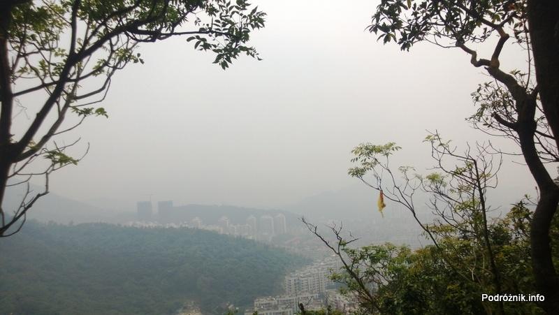 Chiny - Shenzhen - ogród botaniczny - miasto widziane podczas podchodzenia pod górę - kwiecień 2013