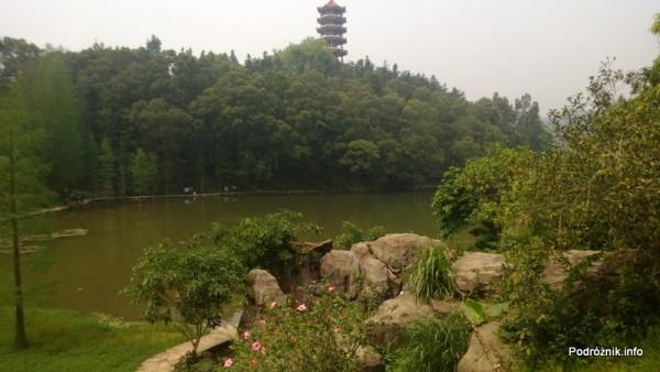 Chiny - Shenzhen - ogród botaniczny - jezioro i pagoda w tle - kwiecień 2013