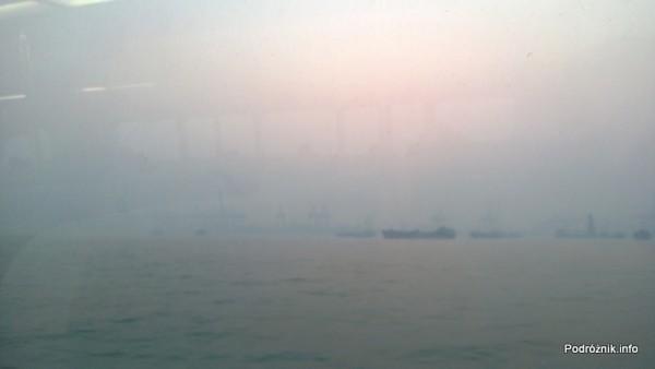 Chiny - widok z okna promu po zmierzchu na trasie Shenzhen Makao - kwiecień 2013