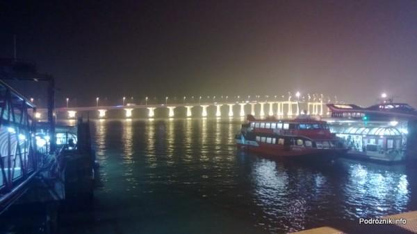 Chiny - Makao - widok na podświetlony most łączący dwie części miasta - kwiecień 2013