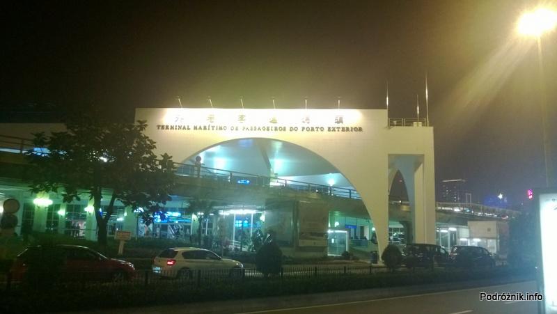 Chiny - Makao - terminala promowy widziany w nocy z zewnątrz - kwiecień 2013