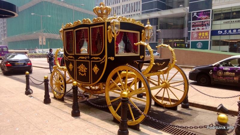 Chiny - Makao - złota kareta przed hotelem - kwiecień 2013