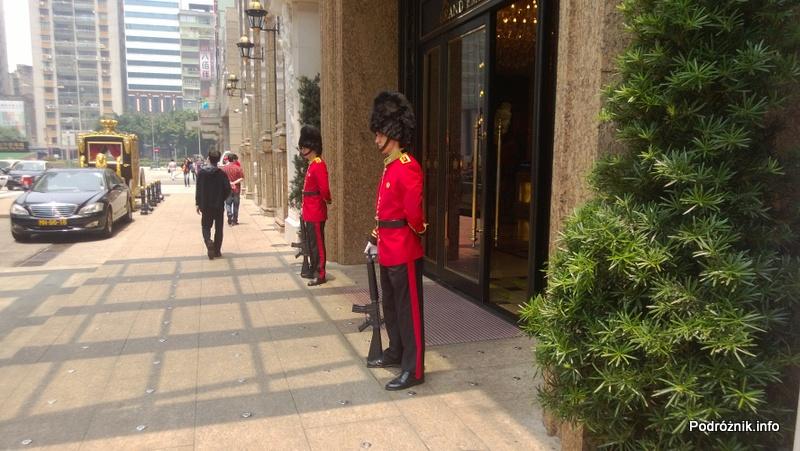Chiny - Makao - straż przed hotelem w strojach podobnych do tych sprzed Pałacu Buckingham - kwiecień 2013