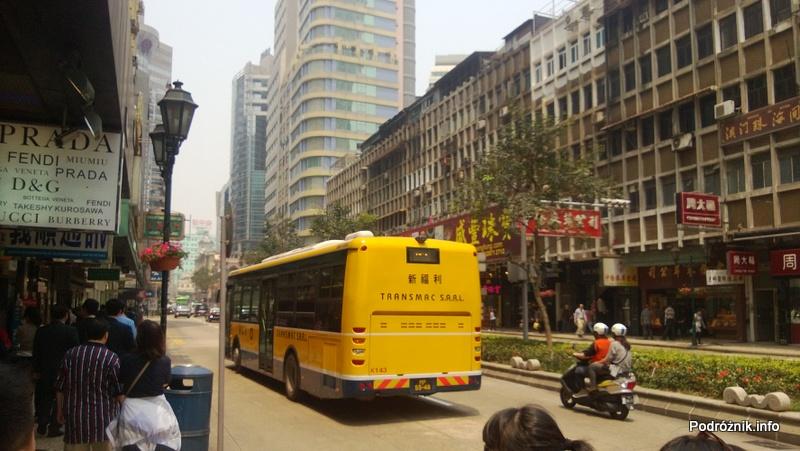 Chiny - Makao - ruch uliczny w centrum - tył żółtego autobusu - kwiecień 2013