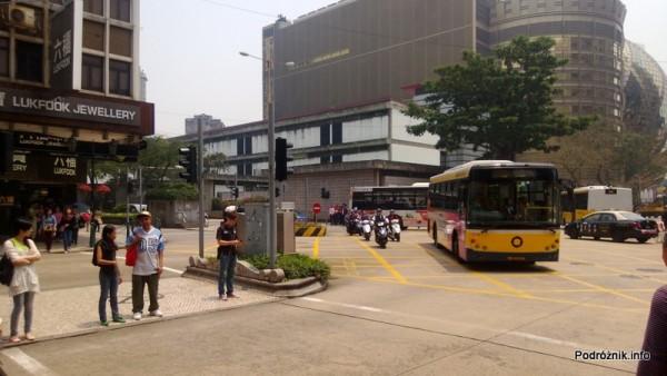 Chiny - Makao - ruch uliczny w centrum - pojazdy skręcające na skrzyżowaniu - kwiecień 2013