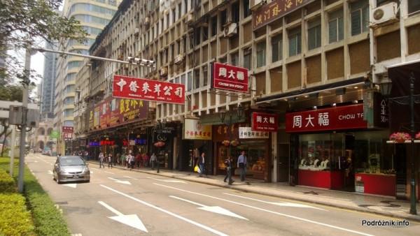 Chiny - Makao - centrum - szyldy z chińskimi napisami przy ulicy - kwiecień 2013