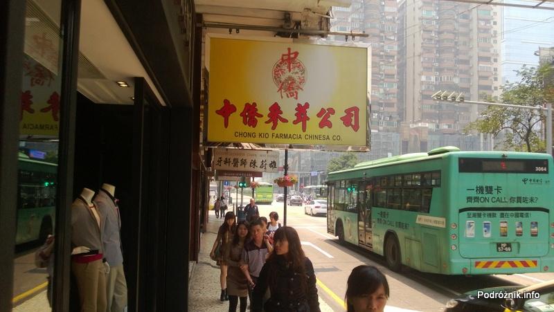Chiny - Makao - centrum - zielony autobus przejeżdżający przy chodniku - kwiecień 2013