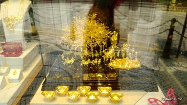 Chiny - Makao - witryna sklepu ze złotą biżuterią i ozdobami - kwiecień 2013