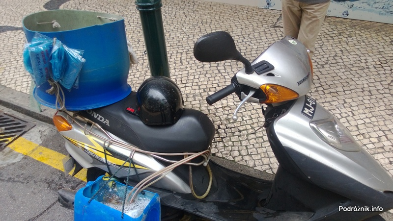 Chiny - Makao - skuter dostawcy owoców morza - kwiecień 2013