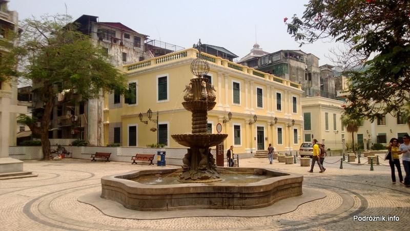 Chiny - Makao - zabytkowa fontanna na placu - kwiecień 2013