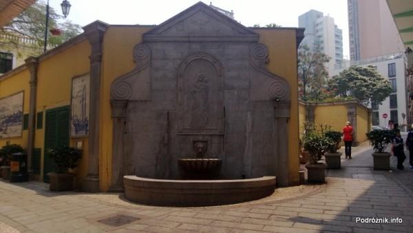 Chiny - Makao - zabytkowa fontanna na rogu budynku - kwiecień 2013