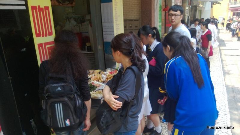 Chiny - Makao - młodzież przed lokalnym barem szybkiej obsługi - kwiecień 2013
