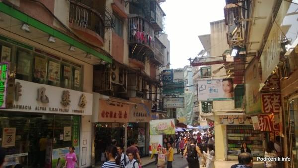 Chiny - Makao - uliczka z turystami w starej części miasta - kwiecień 2013