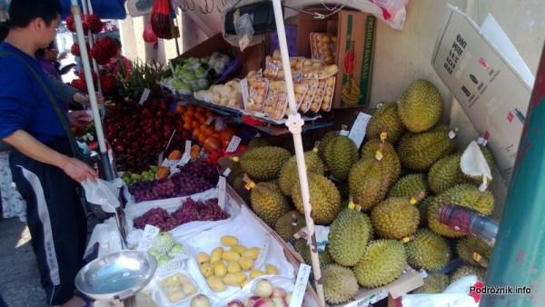 Chiny - Makao - durian na straganie z lokalnymi azjatyckimi owocami - kwiecień 2013