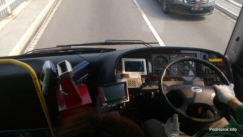 Chiny - Makao - kierowca miejskiego autobusu i jego stanowisko pracy - kwiecień 2013