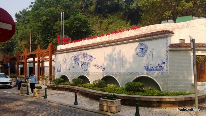 Chiny - Makao - Taipa - ściana zdobiona ceramiką w stylu portugalskim - kwiecień 2013
