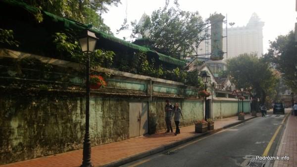Chiny - Makao - Taipa - uliczka przy starym murze - kwiecień 2013