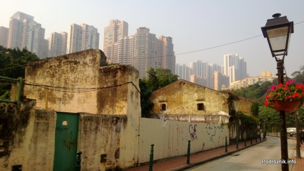 Chiny - Makao - Taipa - blokowisko w tle starej fabryki petard - kwiecień 2013