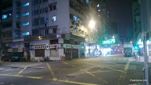 Chiny - Hongkong  - skrzyżowanie nocą - kwiecień 2013