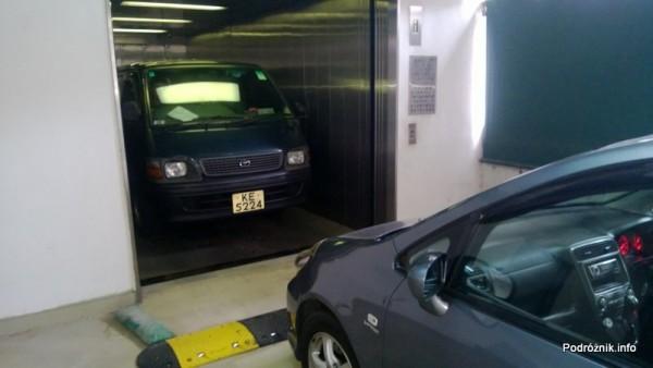 Chiny - Hongkong  - samochód w windzie - kwiecień 2013