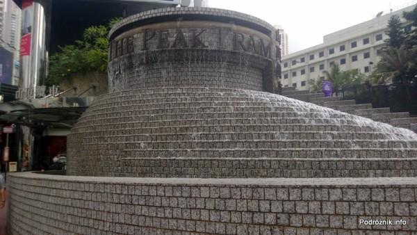 Chiny - Hongkong  - fontanna przy przystanku zabytkowego tramwaju na wzgórze Wiktorii - kwiecień 2013