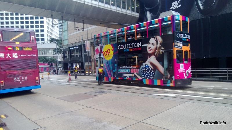 Chiny - Hongkong - piętrowy tramwaj z kolorową reklamą - kwiecień 2013