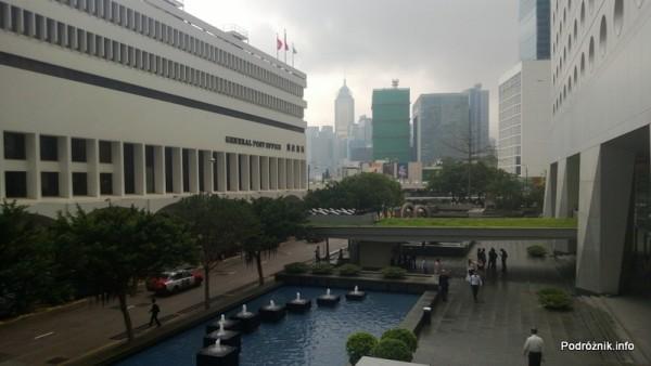Chiny - Hongkong - trawnik na zadaszeniu nad wejściem - kwiecień 2013