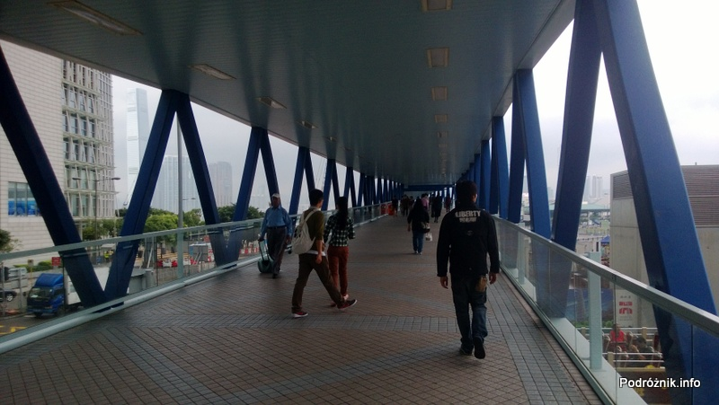 Chiny - Hongkong - zadaszone kładka do terminalu promowego - kwiecień 2013
