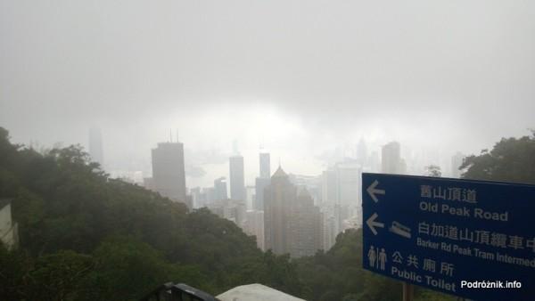 Chiny - Hongkong - Wzgórze Wiktorii (The Peak) - drogowskaz na szczycie wskazujący Old Peak Road - kwiecień 2013