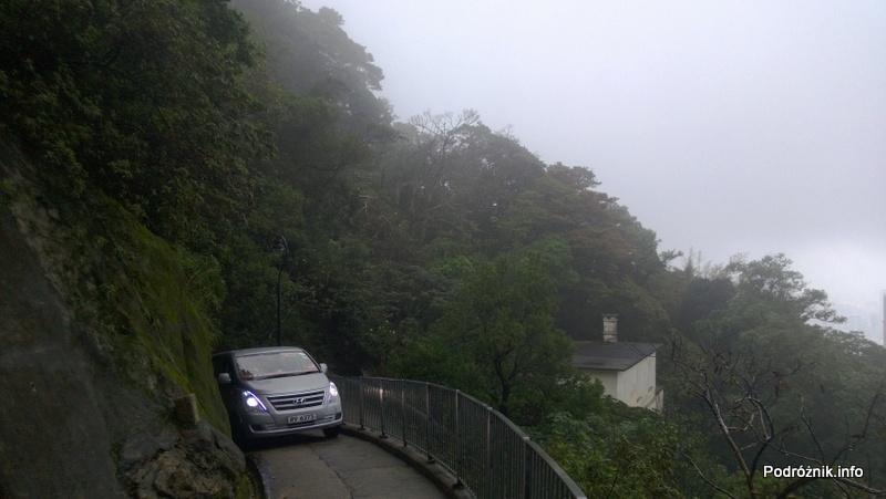 Chiny - Hongkong - Wzgórze Wiktorii (The Peak) - samochód wjeżdżający na szczyt po Old Peak Road - kwiecień 2013