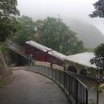Chiny - Hongkong - Wzgórze Wiktorii (The Peak) - kolejka zjeżdżająca w dół przy jednej ze stacji - kwiecień 2013