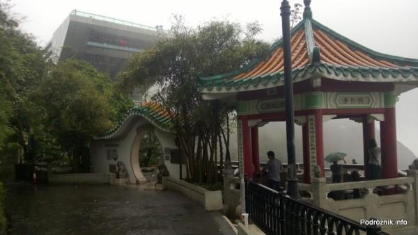 Chiny - Hongkong - Wzgórze Wiktorii (The Peak) - ozdobne wejście na mniejszy taras widokowy - kwiecień 2013