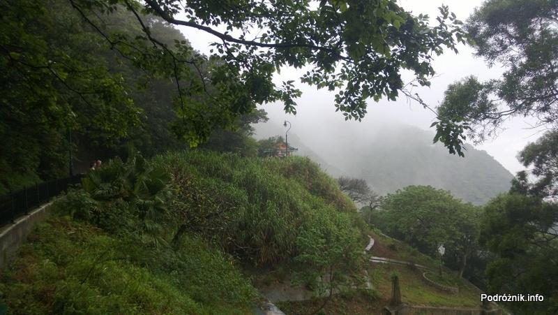 Chiny - Hongkong - Wzgórze Wiktorii (The Peak) - ścieżka niedaleko szczytu na końcu której widać jeden z mniejszych tarasów widokowych - kwiecień 2013