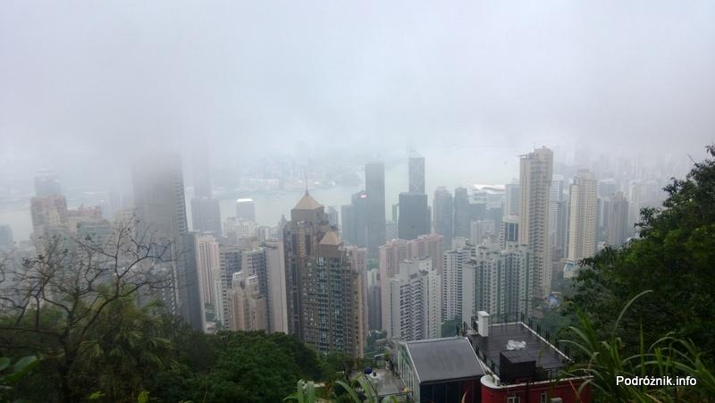 Chiny - Hongkong - Wzgórze Wiktorii (The Peak) - panorama Hongkongu w chmurach - kwiecień 2013
