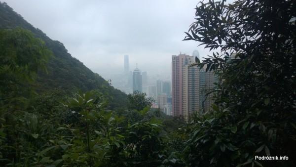 Chiny - Hongkong - Wzgórze Wiktorii (The Peak) - wieżowce widziane podczas zejścia - kwiecień 2013
