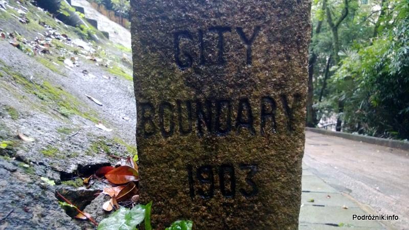 Chiny - Hongkong - Wzgórze Wiktorii (The Peak) - słupek graniczny miasta Hongkong z 1903 roku - kwiecień 2013