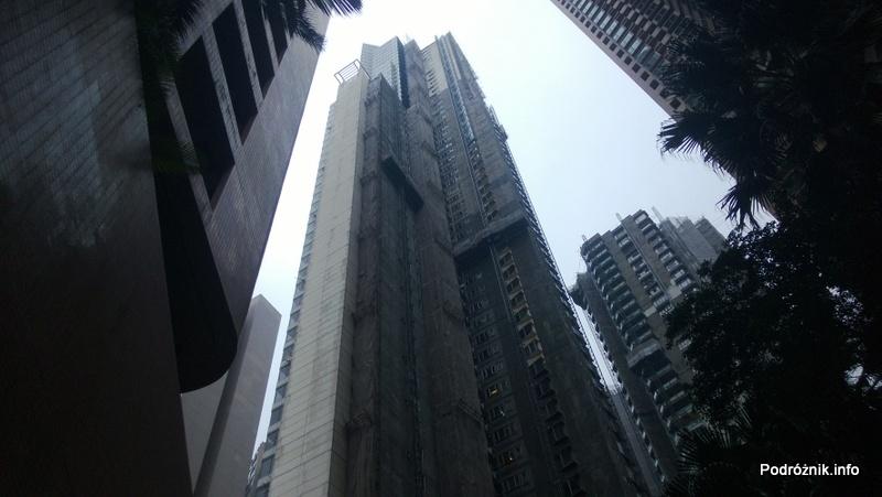 Chiny - Hongkong - Wzgórze Wiktorii (The Peak) - wieżowiec widziany z poziomu ulicy - kwiecień 2013