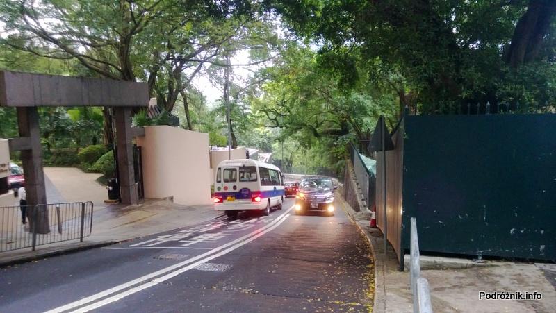 Chiny - Hongkong - Wzgórze Wiktorii (The Peak) - ruch samochodów przed wejściem do ogrodu - kwiecień 2013