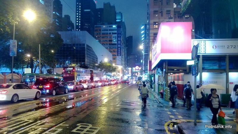 Chiny - Hongkong - zakorkowana ulica nocą - kwiecień 2013