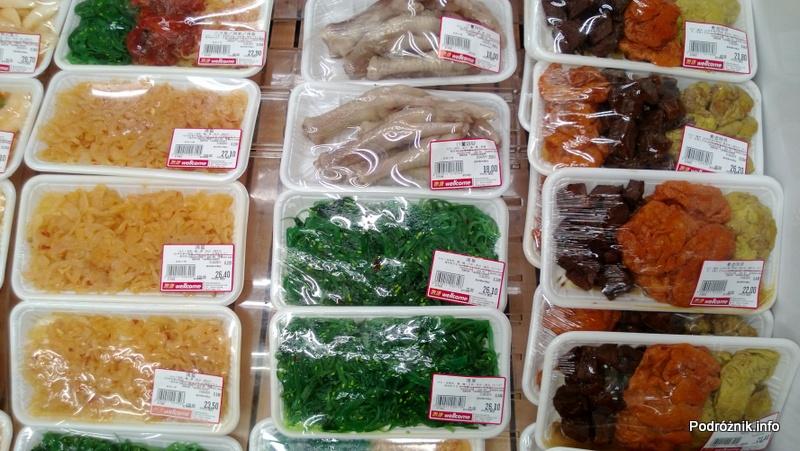 Chiny - Hongkong - porcje jedzenia w sklepowej lodówce - kurze łapki i inne lokalne przysmaki - kwiecień 2013