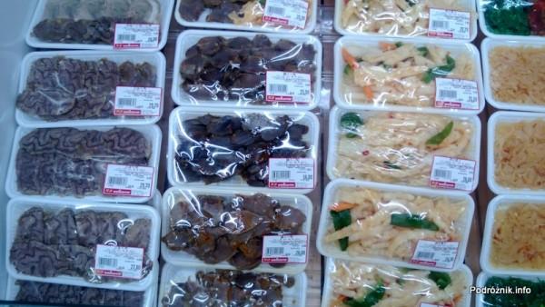 Chiny - Hongkong - porcje jedzenia w sklepowej lodówce - mózg w plasterkach i inne lokalne przysmaki - kwiecień 2013