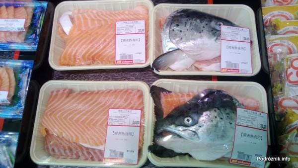 Chiny - Hongkong - porcje jedzenia w sklepowej lodówce - łosoś z głową - kwiecień 2013