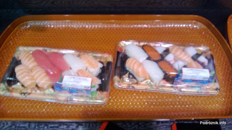 Chiny - Hongkong - porcje jedzenia w sklepowej lodówce - sushi - nigiri - kwiecień 2013