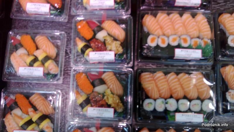 Chiny - Hongkong - porcje jedzenia w sklepowej lodówce - sushi - kwiecień 2013