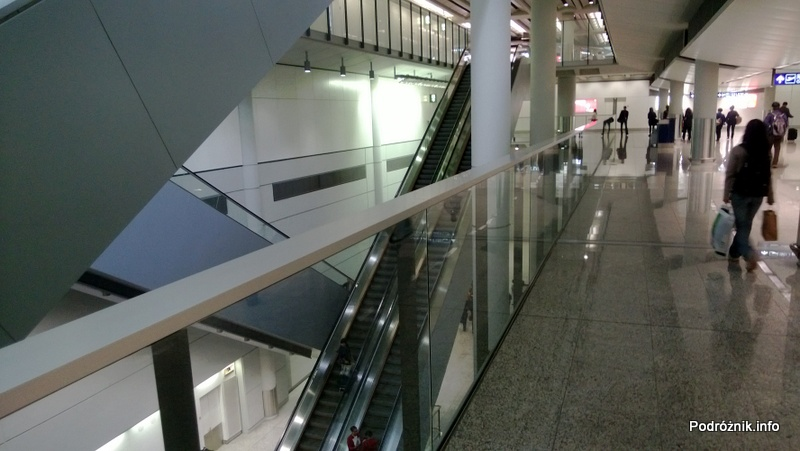Chiny - Hongkong - lotnisko (Hong Kong International Airport HKG) - wnętrze terminala - bardzo długie ruchome schody - kwiecień 2013