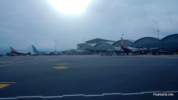 Chiny - Hongkong - lotnisko (Hong Kong International Airport HKG) - samoloty przy rękawach - kwiecień 2013