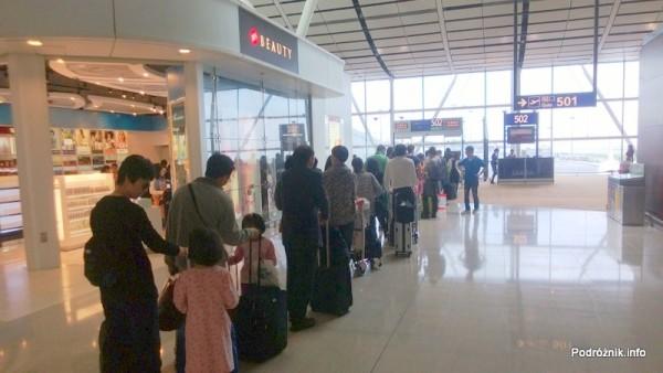 Chiny - Hongkong - lotnisko (Hong Kong International Airport HKG) - wnętrze terminala - kolejka pod bramką - kwiecień 2013