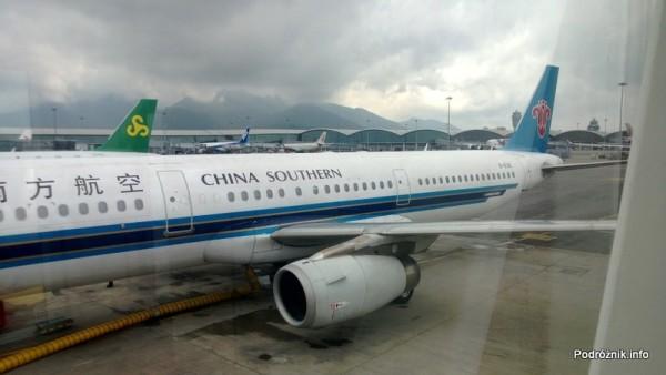 China Southern - Airbus 321 - CZ309 - B-6318  - samolot stojący przy rękawie - kwiecień 2013